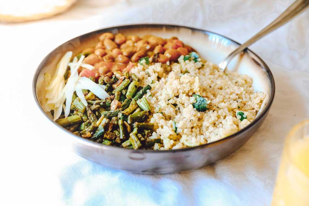 Frijoles negros con arroz blanco y espárragos